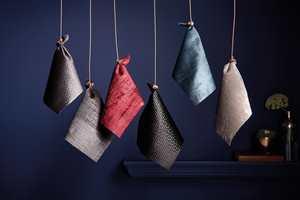 <b>ENSFARGET:</b> Tekstiler med variasjon i tekstur og glans er et elegant følge til mørke vegger. (Foto: Borge)