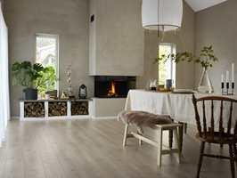 Laminatgulv består av 80 prosent tre og tilfører dermed et naturlig materiale i hjemmet ditt. Her ser vi gulvet Maremma Oak.
