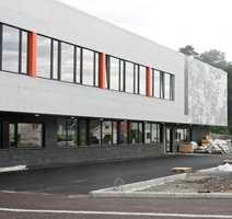 Deler av fasaden har kunstnerisk utsmykkning hvor platene er perforert etter anvisning fra kunstneren Anne Gry Løland.