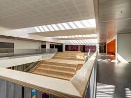 Skolen består av en enkel bygningskropp i to etasjer, der undervisningsrommene er plassert langs med ytterveggene. Foto: Jan Petter Lehne