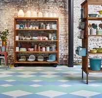 <b>GULV:</b> Her er et eksempel på at gulvet «gjør rommet»: Vinylfliser i lyse og luftige farger gir det rustikke rommet et friskt og rent preg, som en sommevind som sveiper inn i rommet. Gulvet er id Mixonomi fra Tarkett.