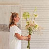 <b>DYBDE: </b>Tapet med mønster i duse varme farger på lys bunn skaper stemningen. Et lite innslag av friskere farge, som i blomsterstilkene, skaper dybde og liv i helheten.
