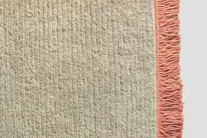 <b>TEPPE:</b> Med teppe på gulvet dempes romklangen, og et lyst teppe i myk ull med frynser i en lakserosa slår vi an en frisk og vårlig tone. Teppet er fra Tapethuset/Brink&Chapman.