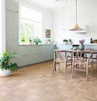 <b>TRE: </b>Litt svalt, men det lyse tregulvet og møblene luner. Med litt mindre hvite vegger og liftgardin av tekstil vil atmosfæren på kjøkkenet mykes opp. Gulvet er Noble Oak fra Tarkett.