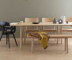 <b>HELHET:</b> En mild grønntone på veggen, lyst gulv og lette moderne møbler gir fornemmelsen av vårlig letthet. Veggfargen er Kamuflasje fra Butinox.