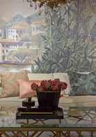 <b>KLASSISK: </b>Med stoppede møbler, myke puter, vakre roser og tapet som ligner bildevev på veggen, har de vårlige fargene fått en mer klassisk elegant vri. Alt er fra Green Apple.