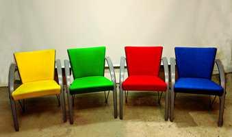 Stolene i klare farger er belyst med glødelampe.
