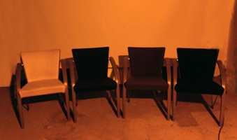 De samme stolene er belyst med lavtrykknatrium, som for eksempel benyttes til gatebelysning. Den guloransje fargen dominerer, uten å gjengi stolenes klare farger.