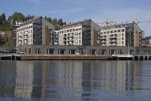 Byggenes orientering, gangarealer og parkanlegg gir lys, luft og fjordutsikt. Rehabiliterte lagerlokaler fra oljehavnen danner terrassens fundament.