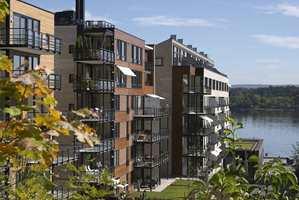 Innskjæringer og utkraginger, farger og materialbruk gir liv til fasadene. Det oljete treverket består dels av cedertre, dels av eik.