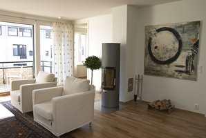 Fargeholdningen Marehalm er kjølig elegant. Den vendbare peisovnen, Rais Pilar, kommer fra Bo Bedre AS.