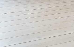 I Norden har vi en tradisjon med mer lyse gulv. De er mer nøytrale enn mørke gulv og gjør at rommet virker stort, lett og luftig, og blir lettere å møblere.
