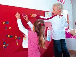 Med magnetisk maling på veggen, blir hele rommet til en oppslagstavle.