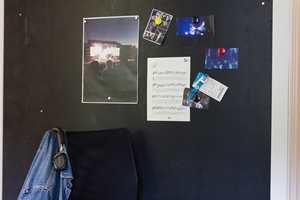 <b>TØFT OG MAGNETISK</b> Minner fra sommerens konserter sitter godt med magneter. Her er magnetmalingen påført tavlemaling, som kan tegnes på – begge fra Beckers.  (Foto: Mari Andersen Rosenberg/ifi.no)