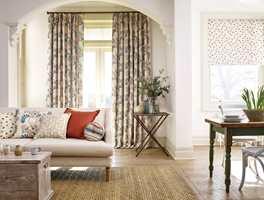 <b>FASTE LEGG:</b> Sanderson har valgt å sy disse mønstrede gardinene med faste legg, også kalt hipp. Kroker på baksiden fester gardinen til stangen. Tekstilene fra Sanderson føres av INTAG.