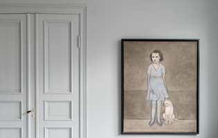 Å male døren i samme farge som veggen, kan gi et rolig, harmonisk og helhetlig uttrykk.