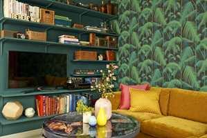 <b>TAPETETS BUNNFARGE</b> Bokhyllenes farge er funnet i tapetet og gir et helhetlig, rolig inntrykk. Fargen er også en spennende bakgrunn for bøkene. (Foto: Jan Larsen/ifi.no)