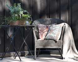 <b>VELKOMMEN:</b> Et gammelt bord malt i samme farge, planter og lunende tekstiler. Her er du velkommen!