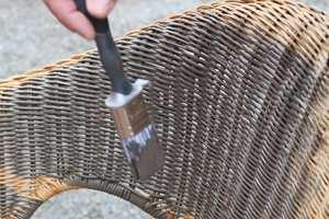 <b>MAL:</b> En gammel kurvstol får nytt liv med maling.