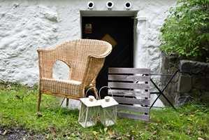 <b>UT:</b> Ikke la den utrangerte kurvstolen bli glemt i boden. Ut i hagen med den.