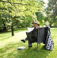 <b>ALENE:</b> Heisann! Litt alenetid med bok blant høye trær er alle unt.