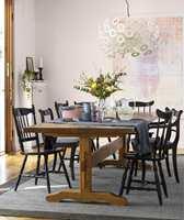 Stolene er malt i Beckers-fargen Daarjeling 520, mens veggene har fått den støvete rosafargen Flor 847.