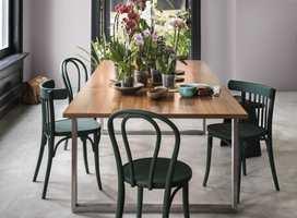 Du trenger ikke bytte ut alle de gamle møblene dine selv om du vil innrede hjemmet i en ny stil. Mal gamle stoler i ny farge. Stolene her er malt i fargen Intense Valence fra Nordsjö.