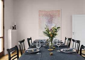 En smart måte å lage en helhetlig spiseplass for en rimelig penge, er å male odde stoler i én og samme farge. Her er det brukt fargen Darjeeling 520 fra Beckers.