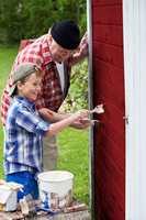 <b>MALETIPS: </b>Mal de store flatene først. Etter veggene males hjørnekasser, vindskier, karmer og omramminger. Det beste resultatet får du ved å stryke mindre partier av gangen, hele veien ovenfra og ned. Maler du en etasje om gangen risikerer du å få en synlig skjøt. (Foto: Flügger)