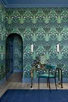 <b>HELHET:</b> Ved å la tak og lister være i en farge som passer med tapetet på veggen, skapes en fin helhet. Her er tapetet Bluebell fra Cole & Son sin kolleksjon Botanical Botanica, som føres av Borge.