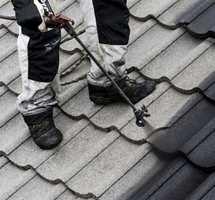 <b>GJØR DET SELV:</b> Å male taket er lettere enn mange tror. Det er også mulig å leie håndverkere til å ta seg av taket. Uansett: Tenk alltid sikkerhet først og bruk anbefalt sikringsutstyr!
