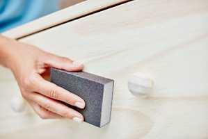 Lag god vedheft for malingen ved på pusse flaten med en slipekloss.