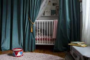 <b>SOV SØTT:</b> I den nymalte barnesengen kan yngstedatteren til Emma sove søtt.