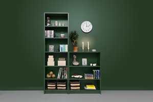 <b>SAMME FARGE:</b> Ved å male bokhyllene i samme farge som veggen, får du en rolig ramme og en fin helhet. Den mørke grønnfargen Blad 834 fra Beckers gir bøkene rom for å skinne.