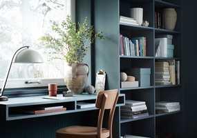 <b>INTEGRERT:</b> Ved å male bokhyllene i samme farge som vegger og resten av interiøret, blir hyllene som en integrert del av interiøret. Fargen som er brukt her heter Petroleum 790 og er fra Beckers sitt fargekart
