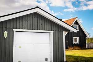 <b>VIKTIG:</b> Garasjen er en viktig del av boligen, så den må vedlikeholdes på lik linje med andre treflater utendørs. Her er det brukt fargen Mørk Grafitt på garasjen.