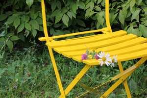 <b>GULT:</b> Det er utrolig hvor mye en gul stol kan freshe opp utelivet.