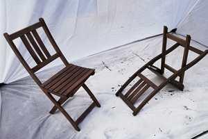 ENKELT: Ved å sprøyte malingen på stolene, kommer du enkelt til i alle kriker og kroker.