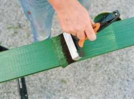 En boks maling eller beis vil kunne gjøre underverker med slitte utemøbler. Foto: Nordsjö