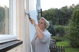 Når du skal friske opp huset utvendig, er det som regel mer enn bare veggene som skal males. Vinduer, grunnmur, dører og annen staffasje skal gjerne også få en oppgradering. Hva bør du male først?