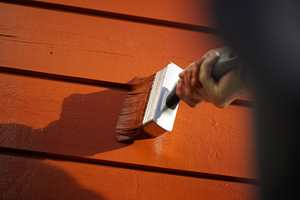<b>HØSTMALING:</b> Når du skal male huset om høsten, er det flere ting du bør være ekstra obs på.