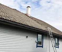 <b>FØR:</b> Taket var slitt og sterkt preget av Vestlandets vær og vind. Det trengte sår en oppgradering.