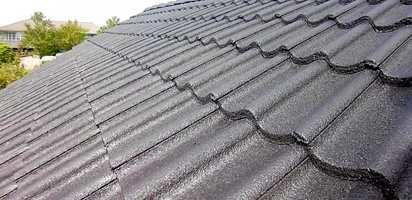 <b>SOM NYTT:</b> Det gamle taket ser helt nytt ut etter en vask, et strøk grunning og et par strøk sort takmaling.