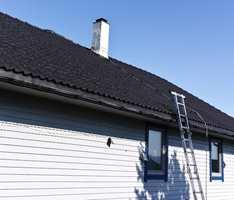<b>ETTER:</b> Huset ser helt annerledes ut med nymalt tak – nå kan Roy vise det stolt fram i nabolaget.