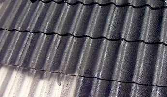 <b>ØKONOMISK:</b> Ved å male taket i stedet for å bytte all taksteinen, sparer du mye penger.
