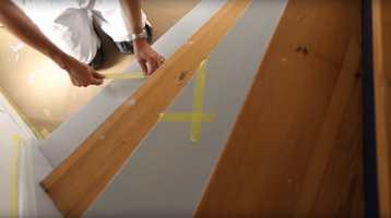 <b>FLYTT:</b> Når malingen har tørket, er det bare å flytte tapen til de malte trinnene.