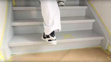<b>TØRT:</b> Ved å feste tapen på trinnene du maler først, vet du hvilke trinn som er tørre og som derfor også er trygge å bruke.