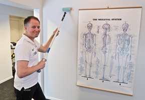 <b>LENGDEN TELLER:</b> – Ved å bruke et forlengerskaft fordeler du kreftene og kan jobbe sunnere, sier naprapat Espen Rustgaard.