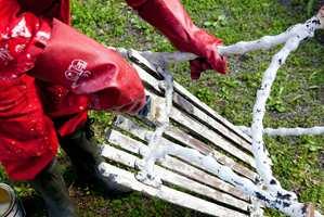 Bruk malingsfjerner for å få bort den gamle malingen.