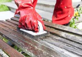 Gå løs på benken med en stiv børste etter at malingsfjerneren har fått virke litt.